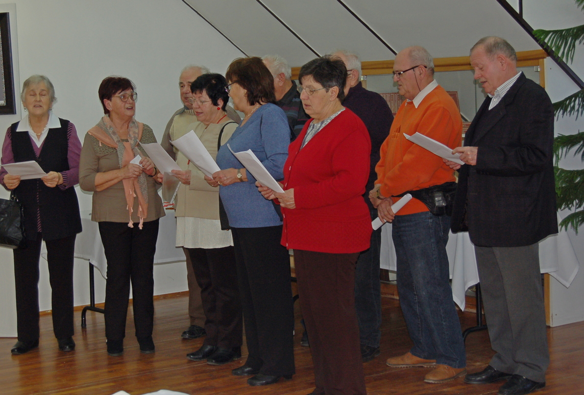 A Borostyán nyugdíjas klub tagjai énekelnek