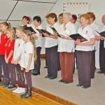 A vámosszabadi iskola diákjai és a Borostyán klub tagjai a megemlékezésen