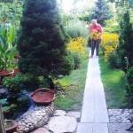 A házi-kertek növénytermesztésének lényege, hogy vegyszermentesen, a természet védőrendszerét kihasználva működtetjük a kertet. Ezt elő kell segíteni azáltal, hogy folyamatosan biztosítunk virágzó, méhlegelő növényeket. Persze ezt úgy is lehet, hogy számunkra is szép látványt nyújtson.
