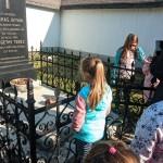 A temetőben
